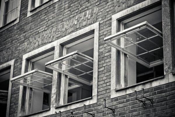 Luftfeuchtigkeit senken durch weit offene Fenster