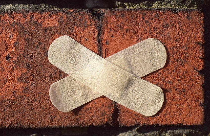 Pflaster an einer Wand als Symbol gegen Schimmel
