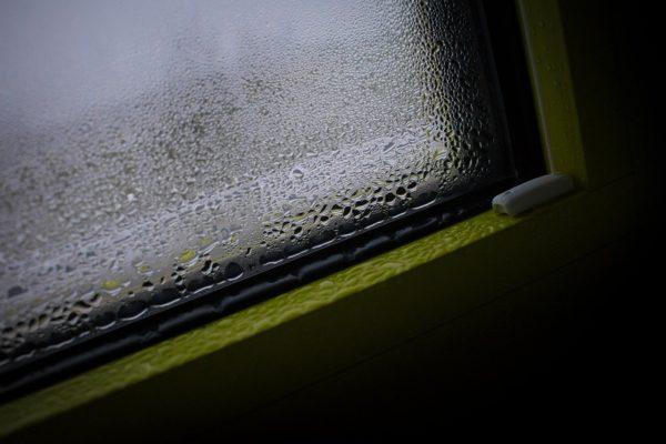 Wassertropfen an einer Fensterscheibe abhängig vom Taupunkt